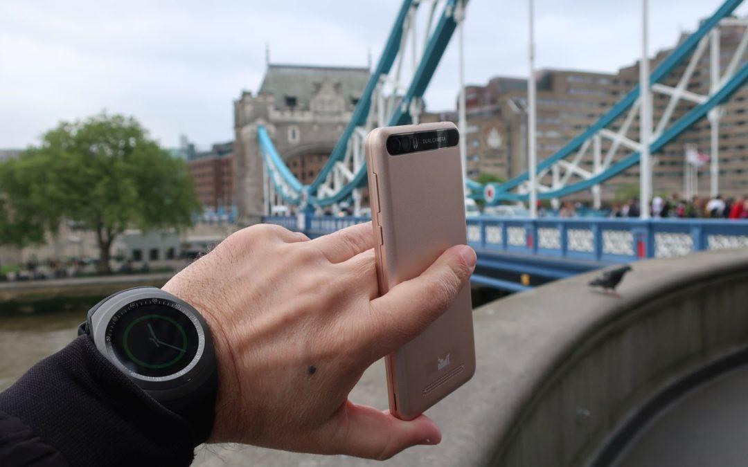 S pametnim satom i pametnim telefonom u Londonu